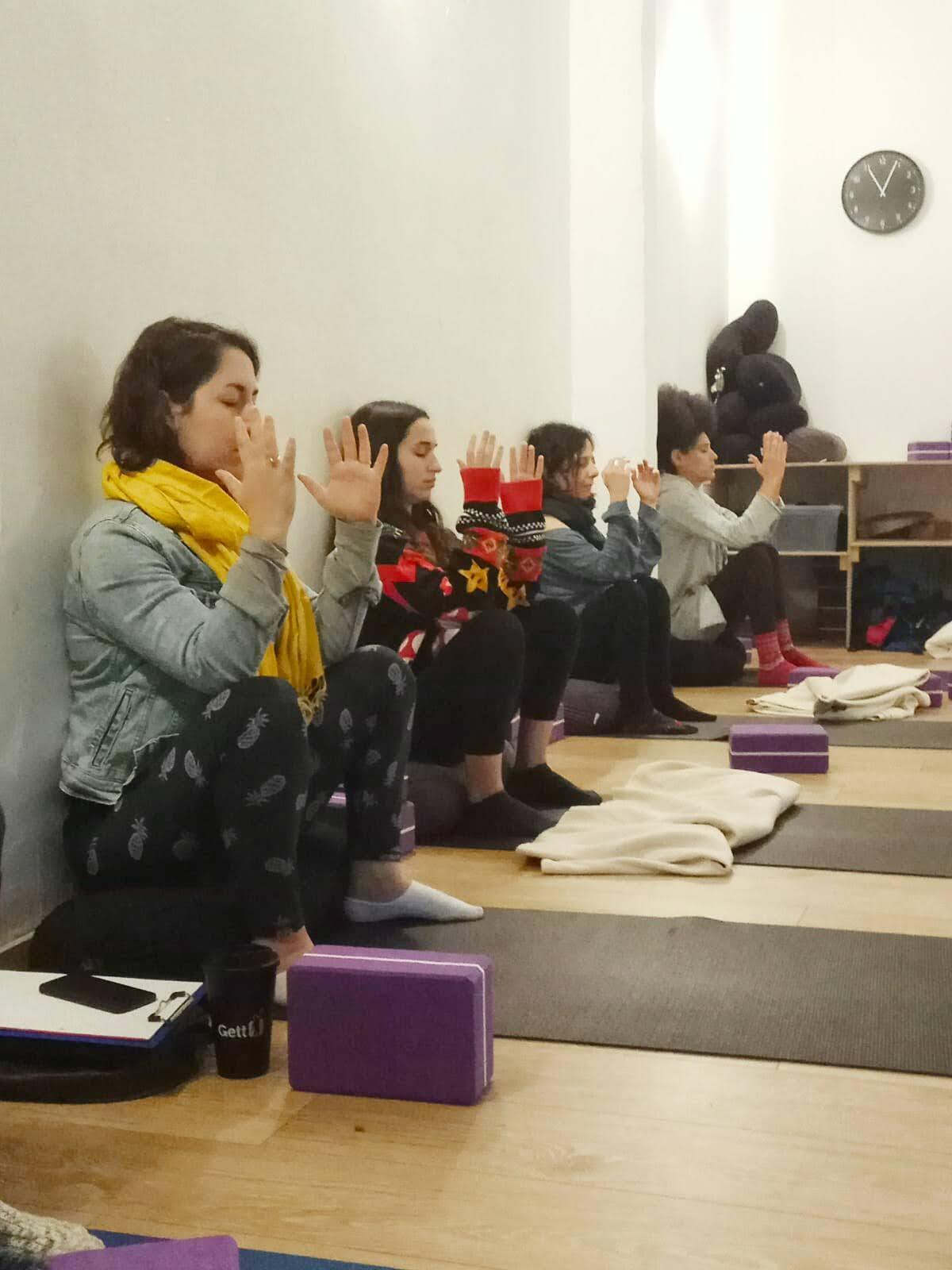 שיעורי ויניאסה נשית בסטודיו בחולון - מיטל עובד