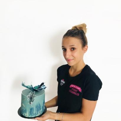 Faustyna trzymająca tort