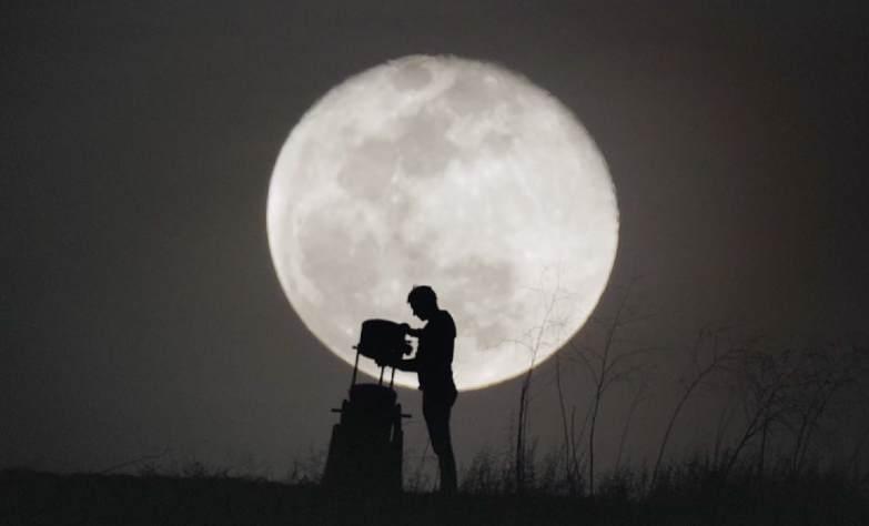 A partir das primeiras visualizações da Lua, feitas por Galileu Galilei, em 1610, passamos a ver a Lua com um fascínio, quase como se estivéssemos enfeitiçados... Veja aqui a Lua com um novo olhar.