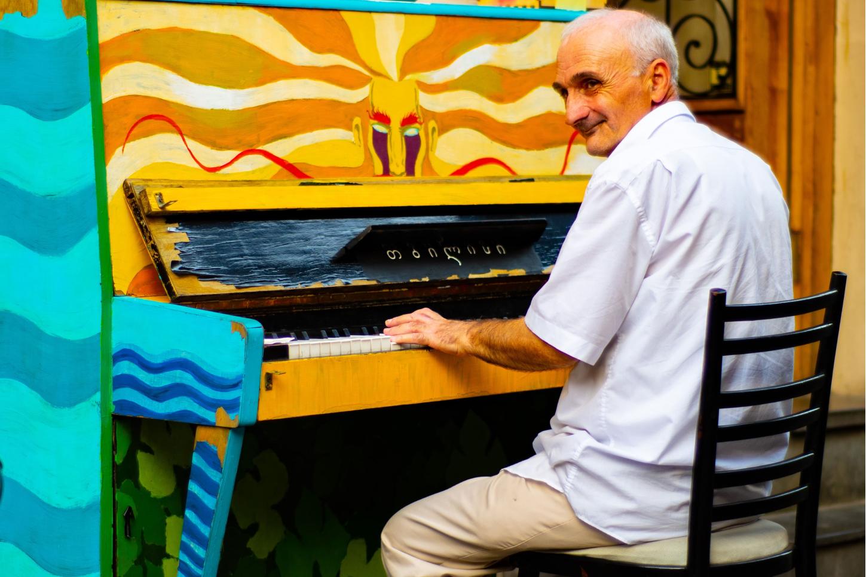 vieil homme jouant du piano