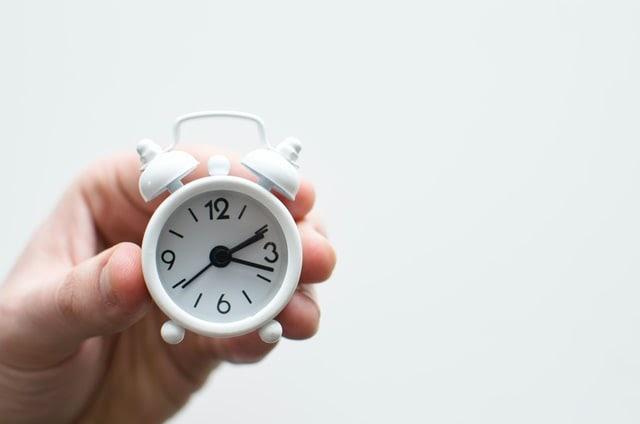 horloge miniature sur fond blanc