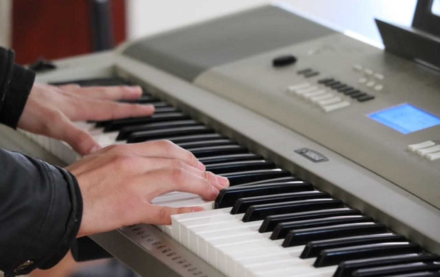 mains sur claviers de piano