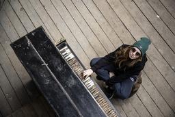 jeune femme joue du piano rêveuse