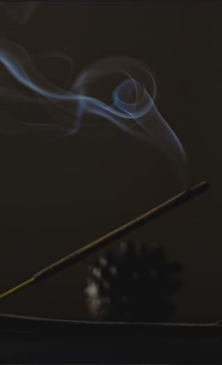 Ein Räucherstäbchen das gerade brennt