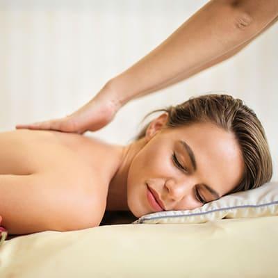 Frau-während-Thai-Massage