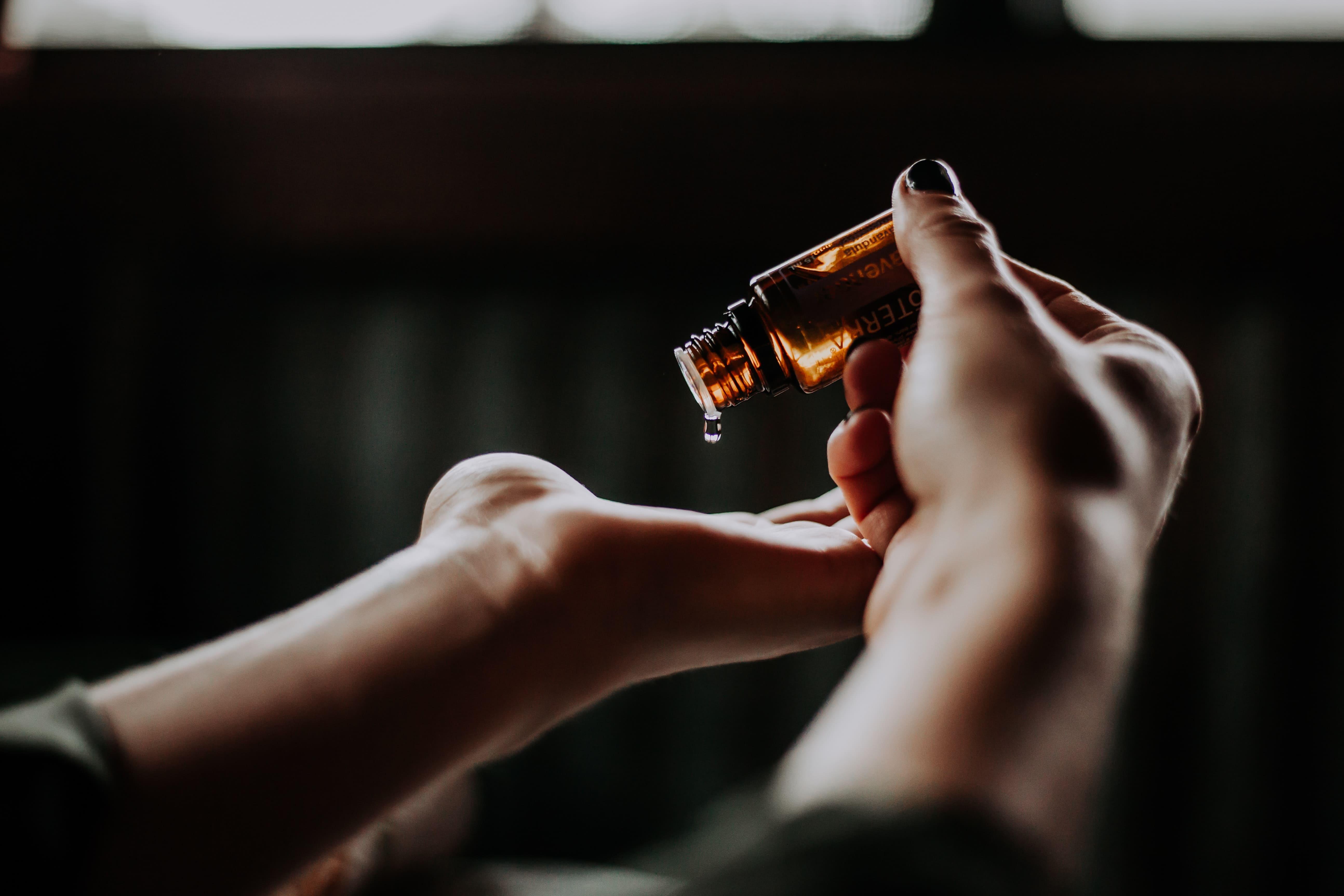 Ölflasche-in-Händen
