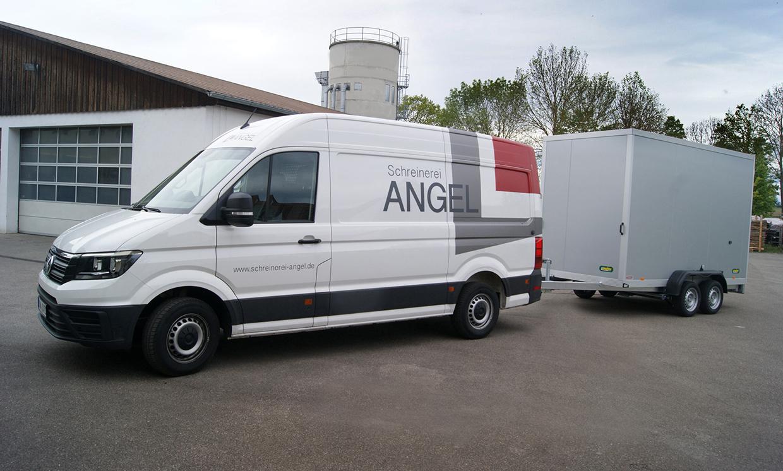 Firmenwagen der Schreinerei Angel mit Anhänger und Beschriftung.