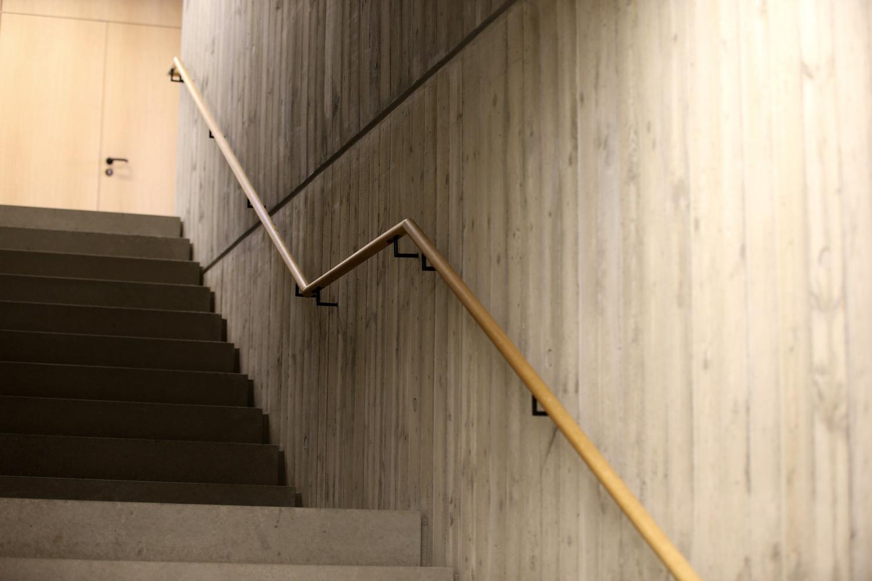 Treppe mit Holzgeländer im Bürgerzentrum Möttingen.