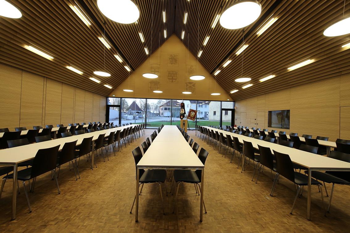 Konferenzsaal mit holzverkleideten Decken und Böden im Bürgerzentrum Möttingen.