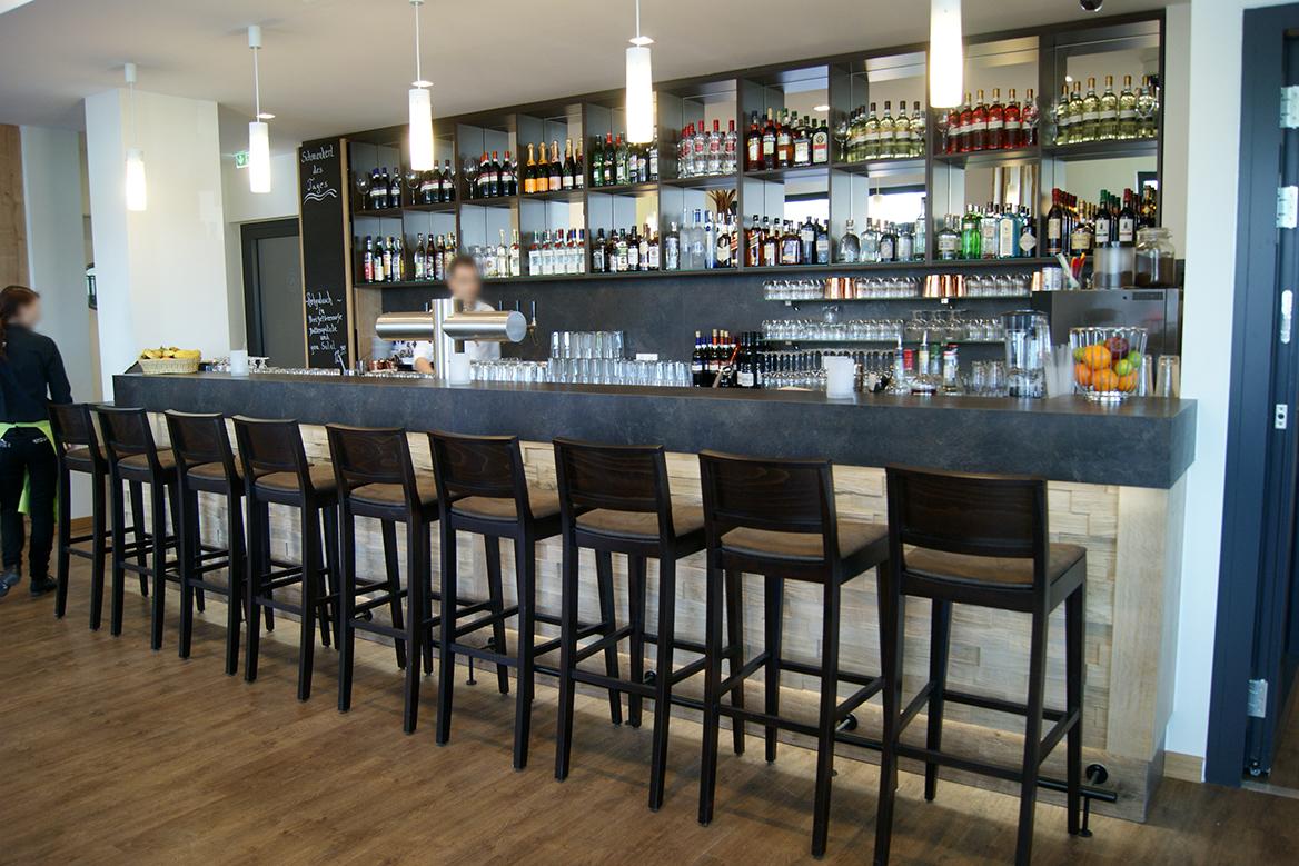 Bar mit Barhockern im Bavaria Hotel.