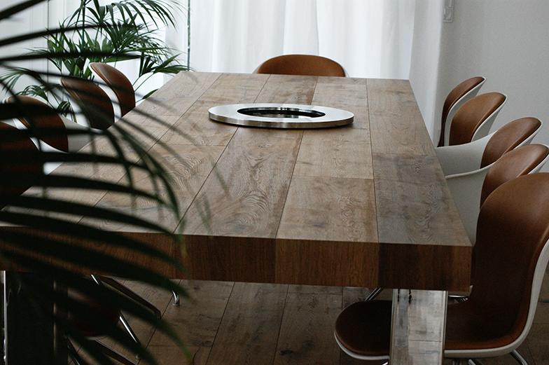 Esszimmertisch aus Eichenholz in rustikalem Stil.