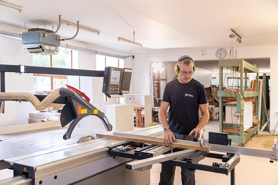 Mitarbeiter macht einen Holzzuschnitt