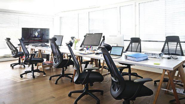 """Die Arbeitsplätze der Revoluzzer – auf dem Flatscreen steht """"Ethereum"""", der Name des neuen Codes"""