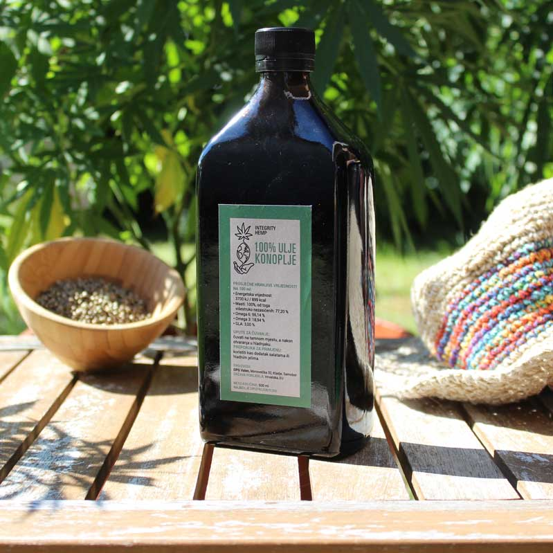 integrity hemp cbd ulje 1 litra na stolu u prirodi