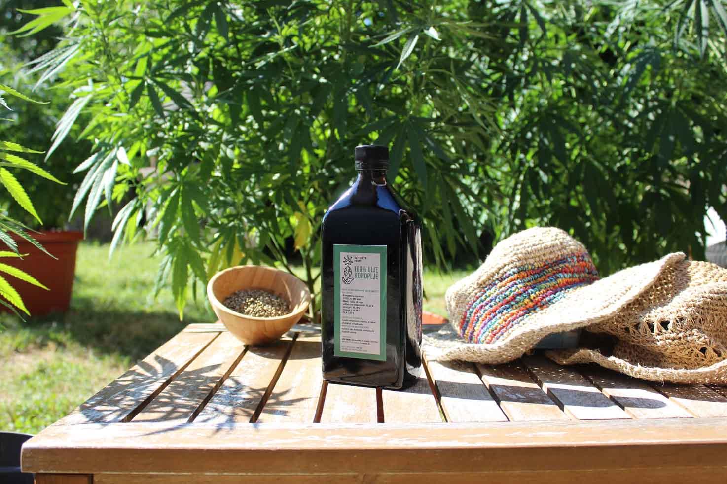 integrity hemp cbd ulje na stolu okruzeno prirodom