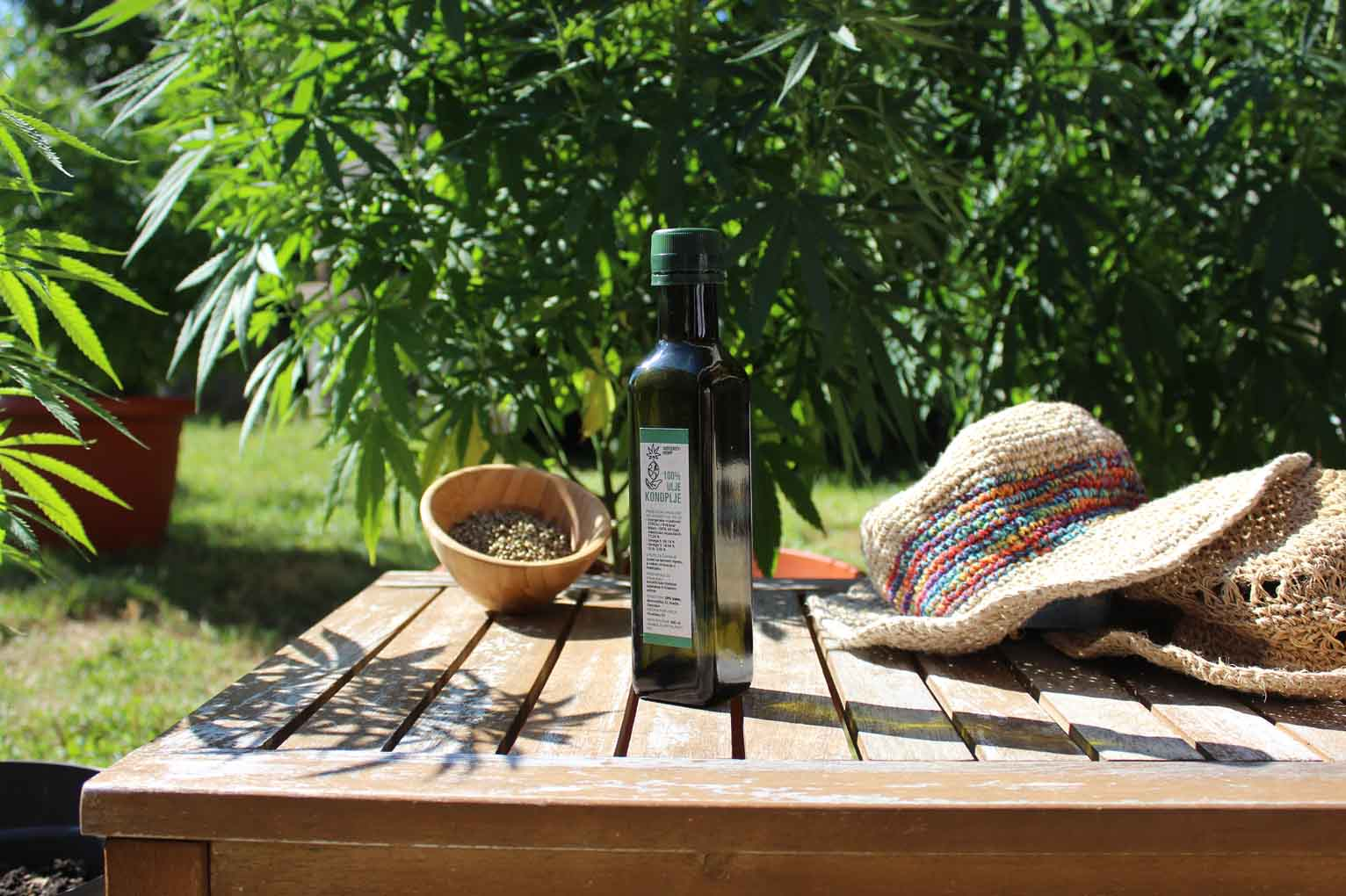 integrity hemp cbd ulje na stolu u prirodi