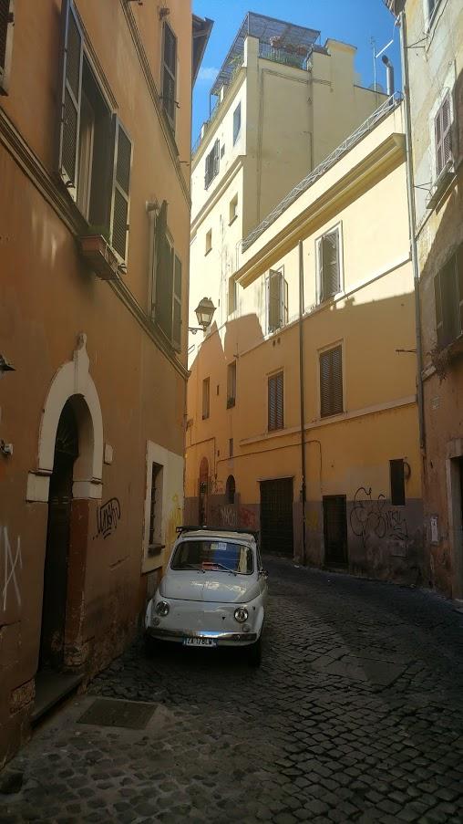 רכב קטן בסמטה ברובע טרסטוורה ברומא, איטליה