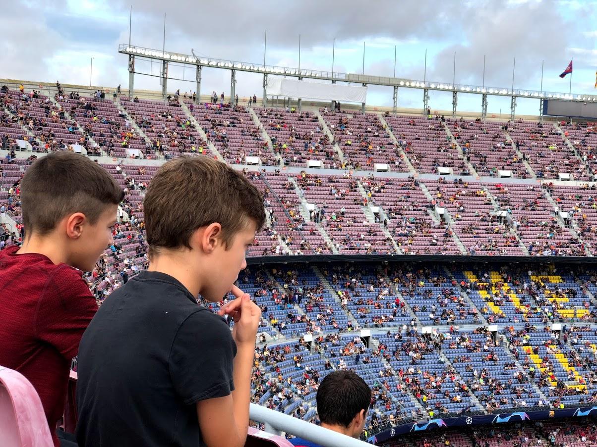 ילדים בקהל, אצטדיון קאמפ נואו, ברצלונה ספרד
