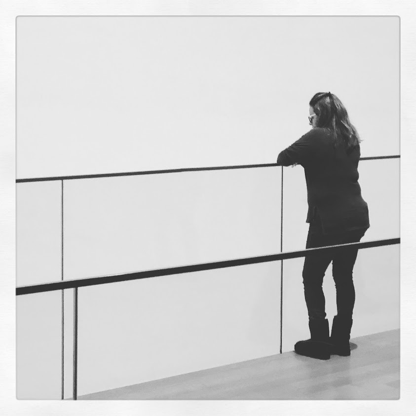 אישה נשענת על מעקה במוזיאון לאומנות מודרנית, ניו יורק