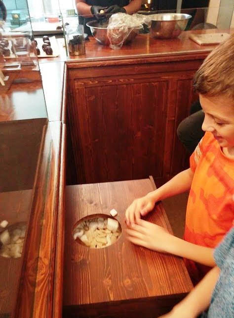 ילד בחנות בוחר הפתעה בחנות עוגיות השוקולד באמסטרדם