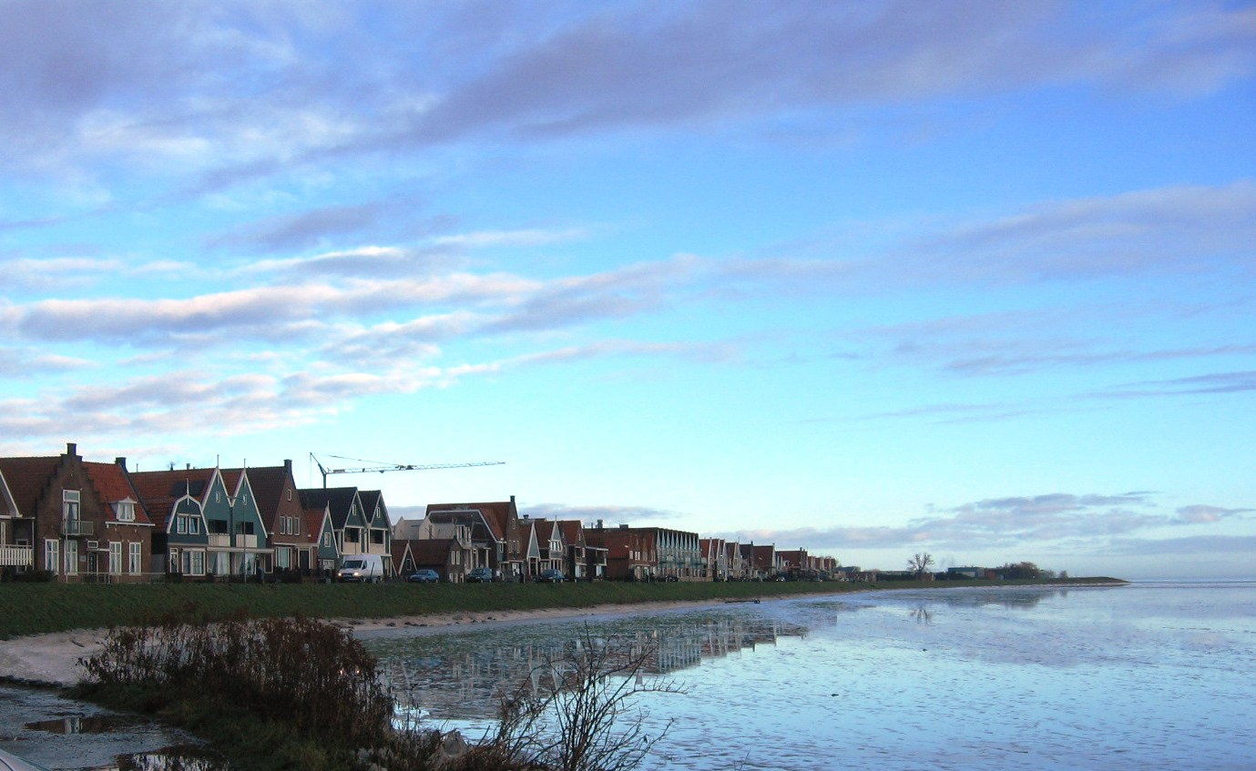 קו החוף בכפר הדייגים וולנדם בהולנד