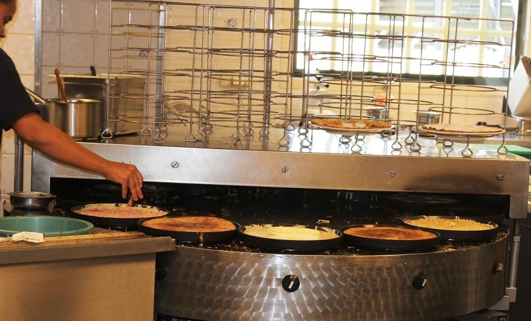 כמונה להכנת פנקייקים במטבח מסעדה בהולנד
