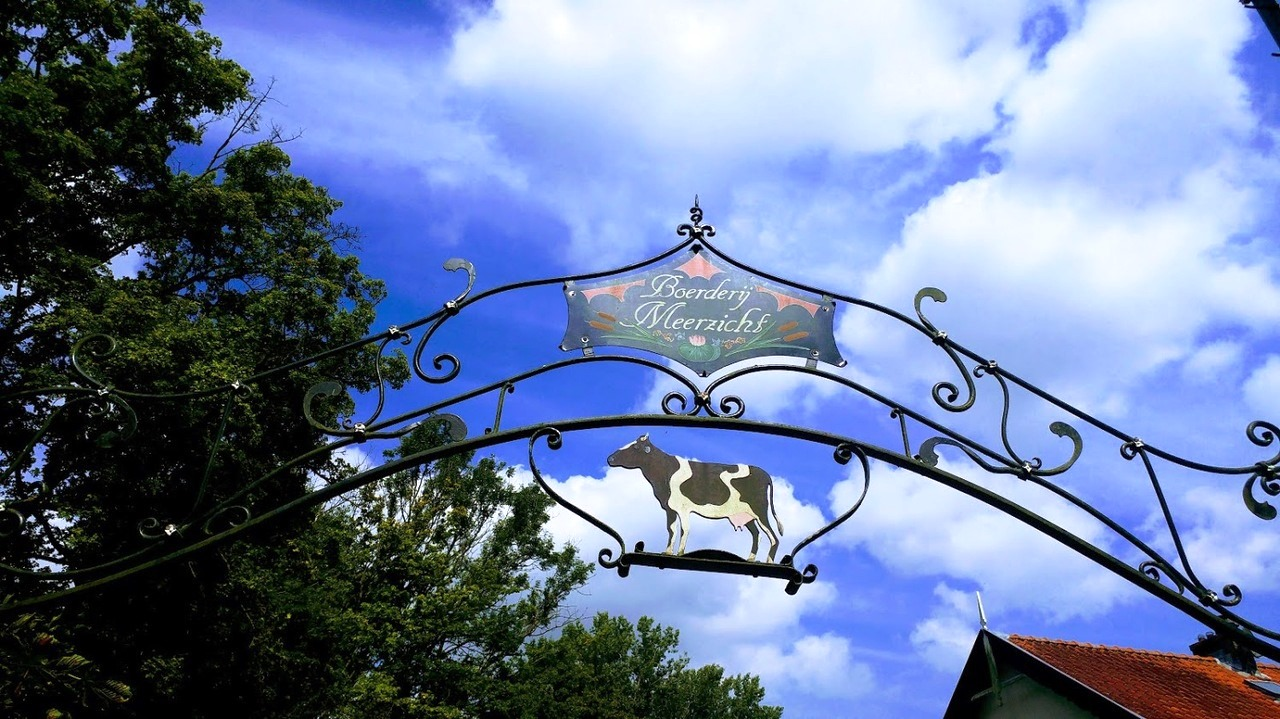 שער הכניסה לחצר מסעדת פנקייקים ביער אמסטרדם