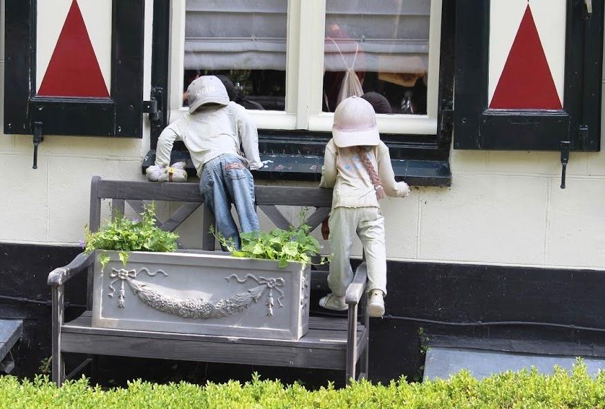 בובות בחלון מסעדת פנקייקים ביער אמסטרדם