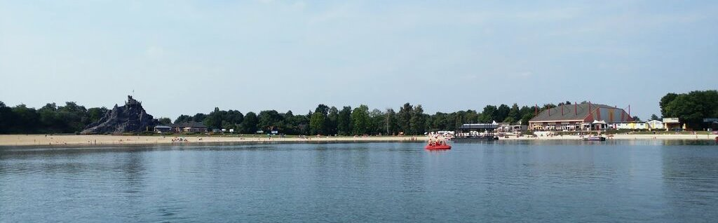 תמונה של האגם בפארק השעשועים בילי בירד בהולנד