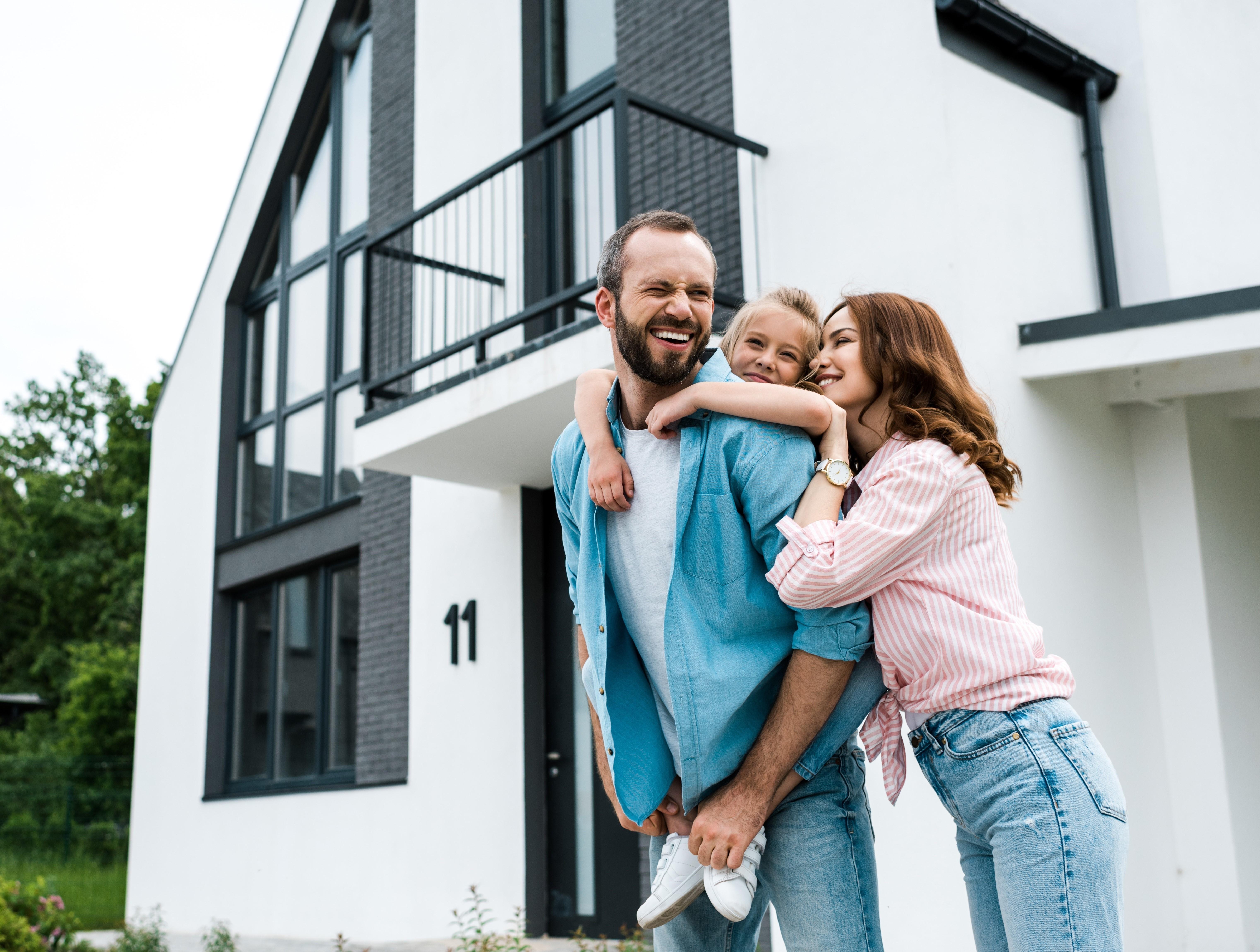 Nest Immobilien GmbH Pärchen glücklich vor ihrem Traumhaus.