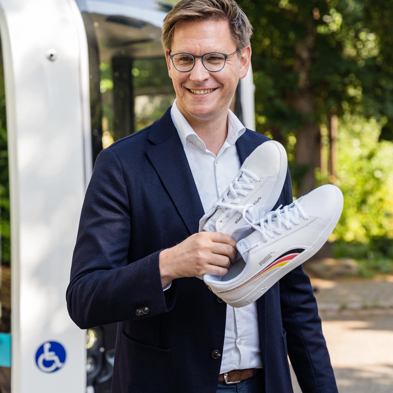 """Danke an @tilmankuban_ für die Sneaker der @junge_union! Gemeinsam haben wir diese Woche den """"Mobility on Demand""""-Service in Neustadt besucht."""