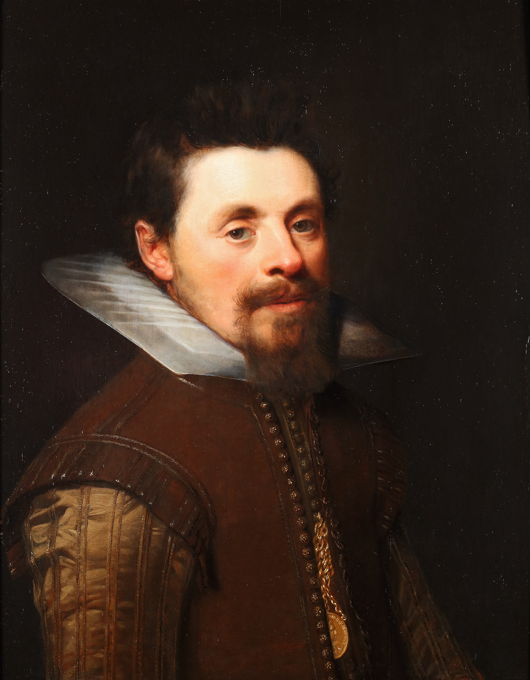 Portrait of a man with a wedding medal of frederick V (Elector of the Palatinate) and Elizabeth Stewart. The wedding medal by Jan de Bommaert 1613.