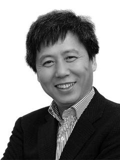 A headshot of Yong Zhao.