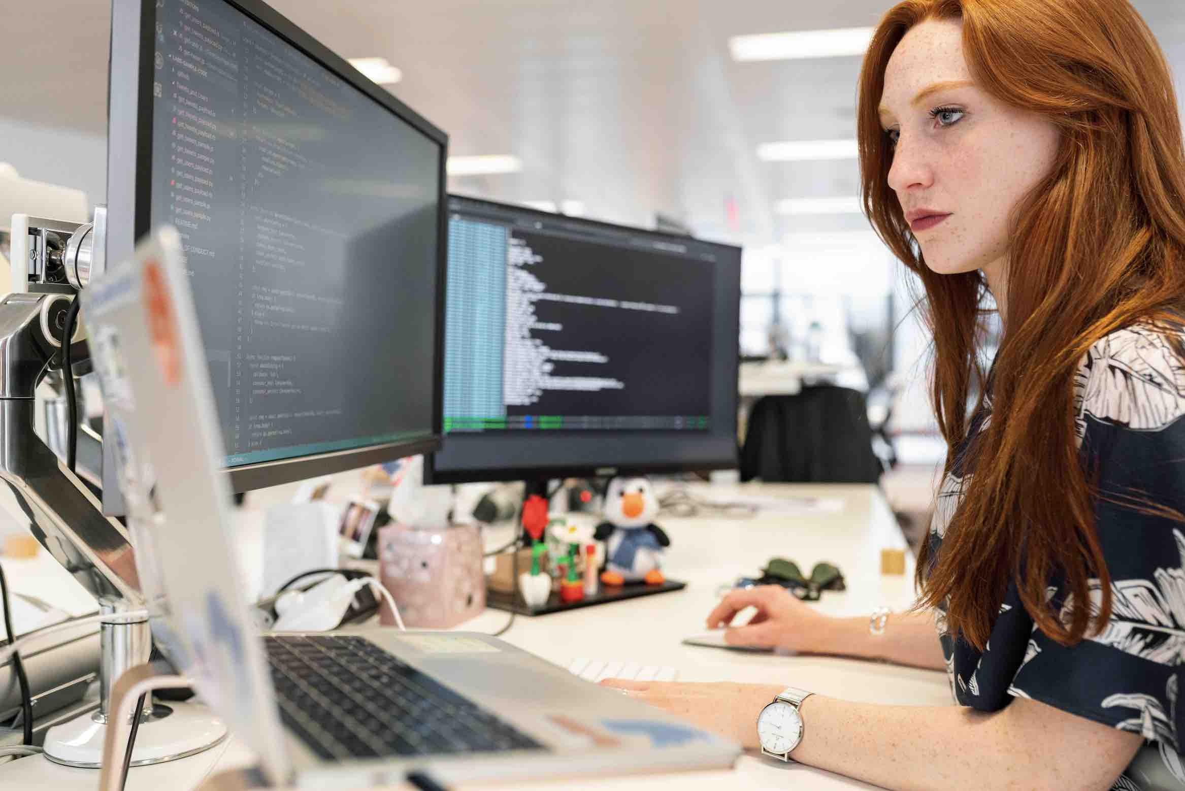 woman-working-at-the-desk-remote-work