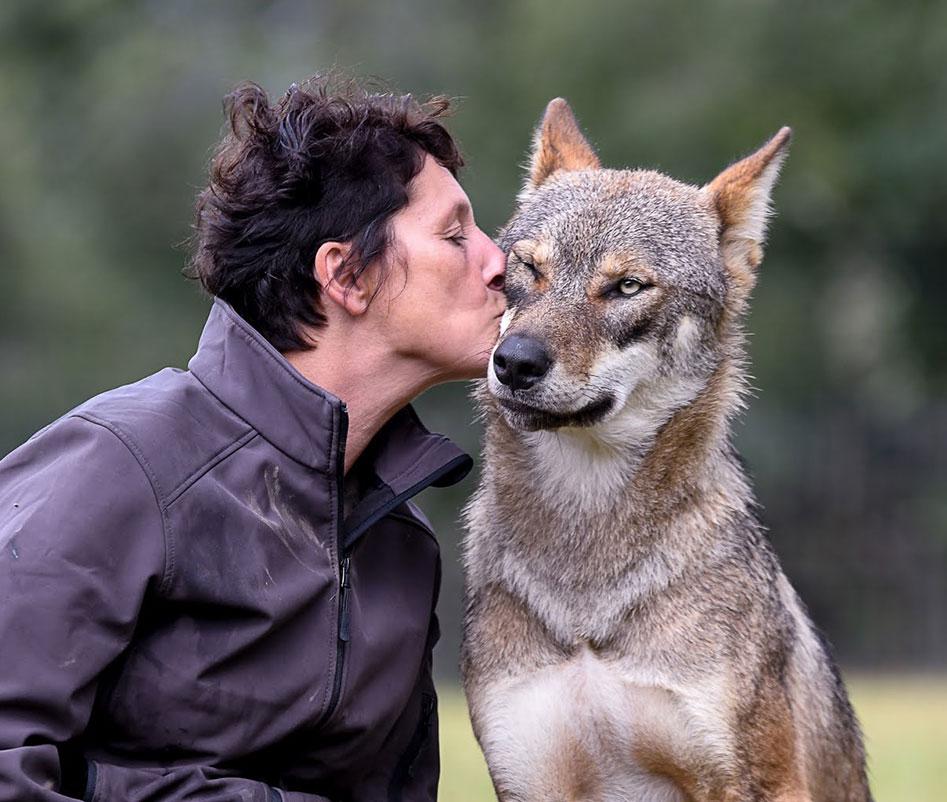 Muriel Bec embrassant un loup