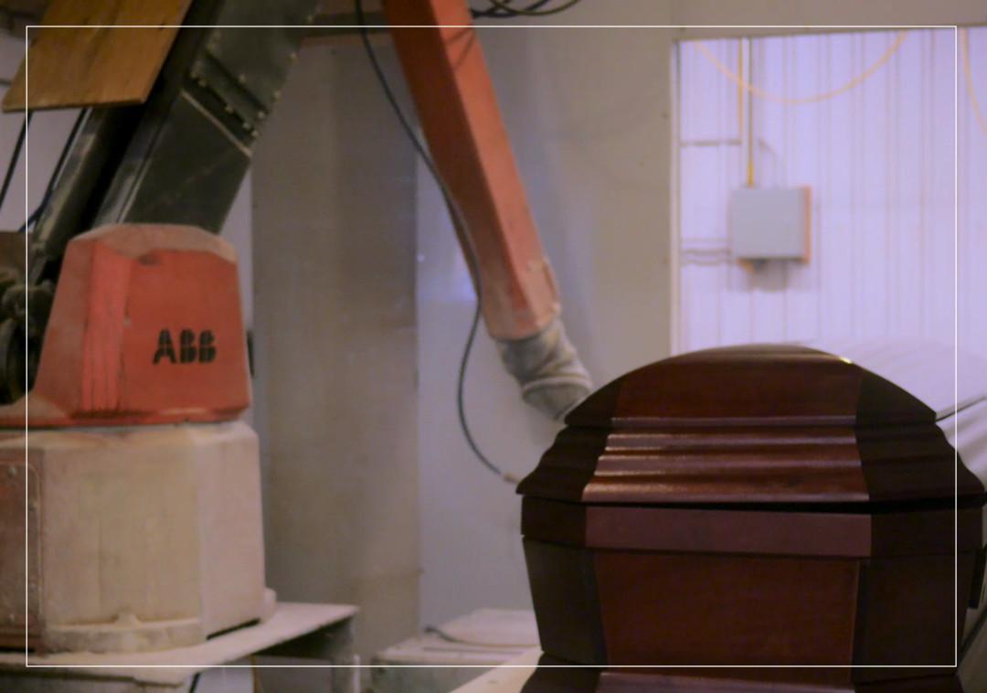 Cellule de peinture robotisée pour cercueil