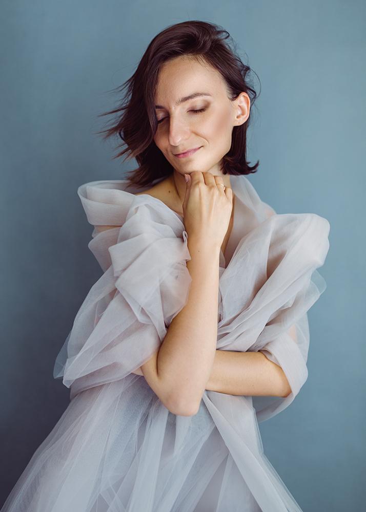 Portrait féminin en studio dans une robe.