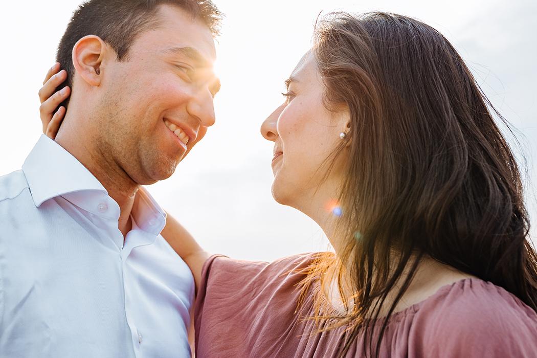Couple amoureux lors d'une séance d'engagement en plein air.