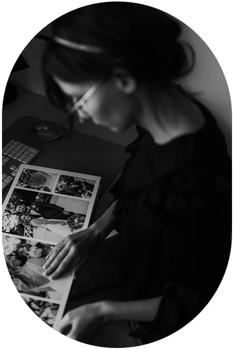 Photographe et son album photo après une séance photo.