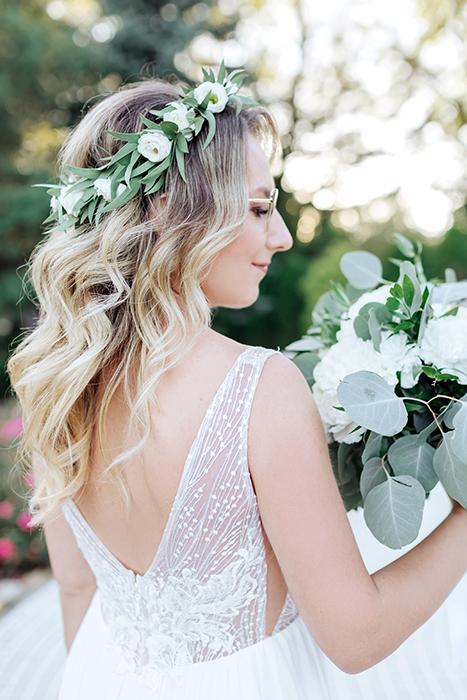 La mariée est ravie d'un bouquet de fleurs de mariage