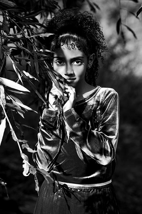 Jeune fille dans le parc sourit