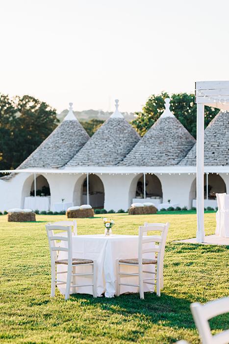 La table est décorée pour un mariage sur l'herbe dans le jardin
