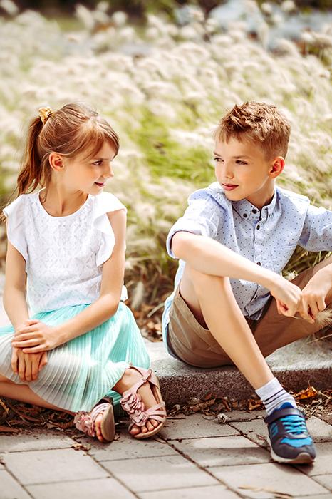 Le garçon et la fille s'assoient et se regardent et s'amusent
