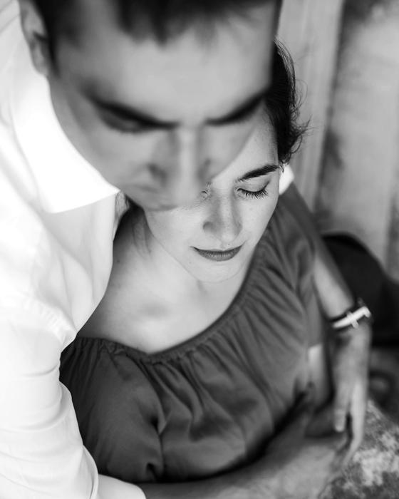 Couple amoureux sur la prairie pendant la séance de fiançailles.