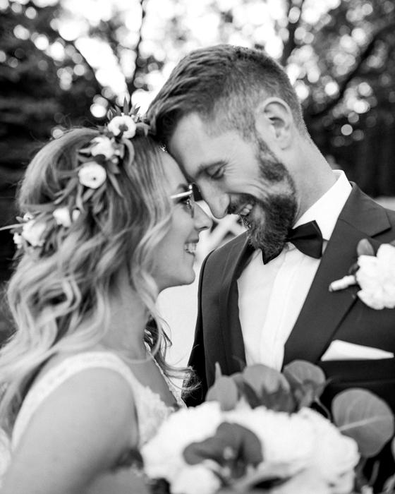 Séance de mariage des jeunes mariés le jour de leur mariage.