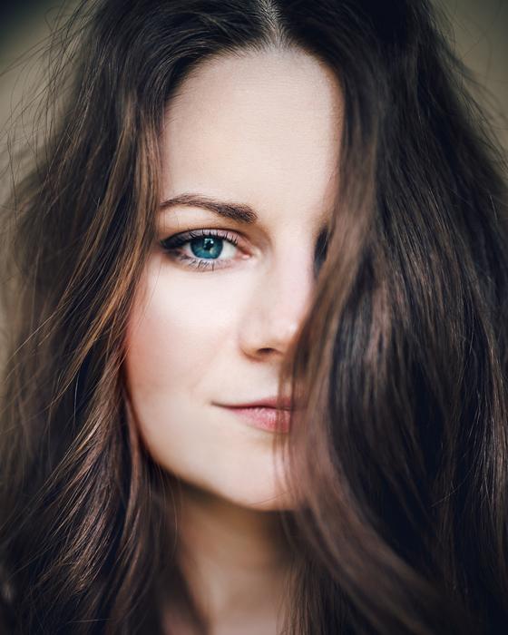 Portrait d'une femme à l'intérieur.
