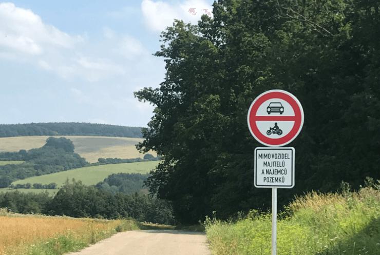Zákaz vjezdu motorových vozidel na komunikaci vedoucí k letišti.