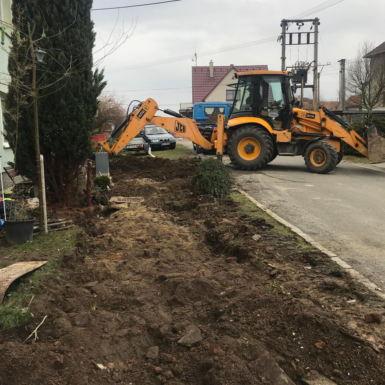 Další fáze obnovy chodníku v Chaloupkach je v plném proudu. I když sněží tak lidé a stroje jedou...