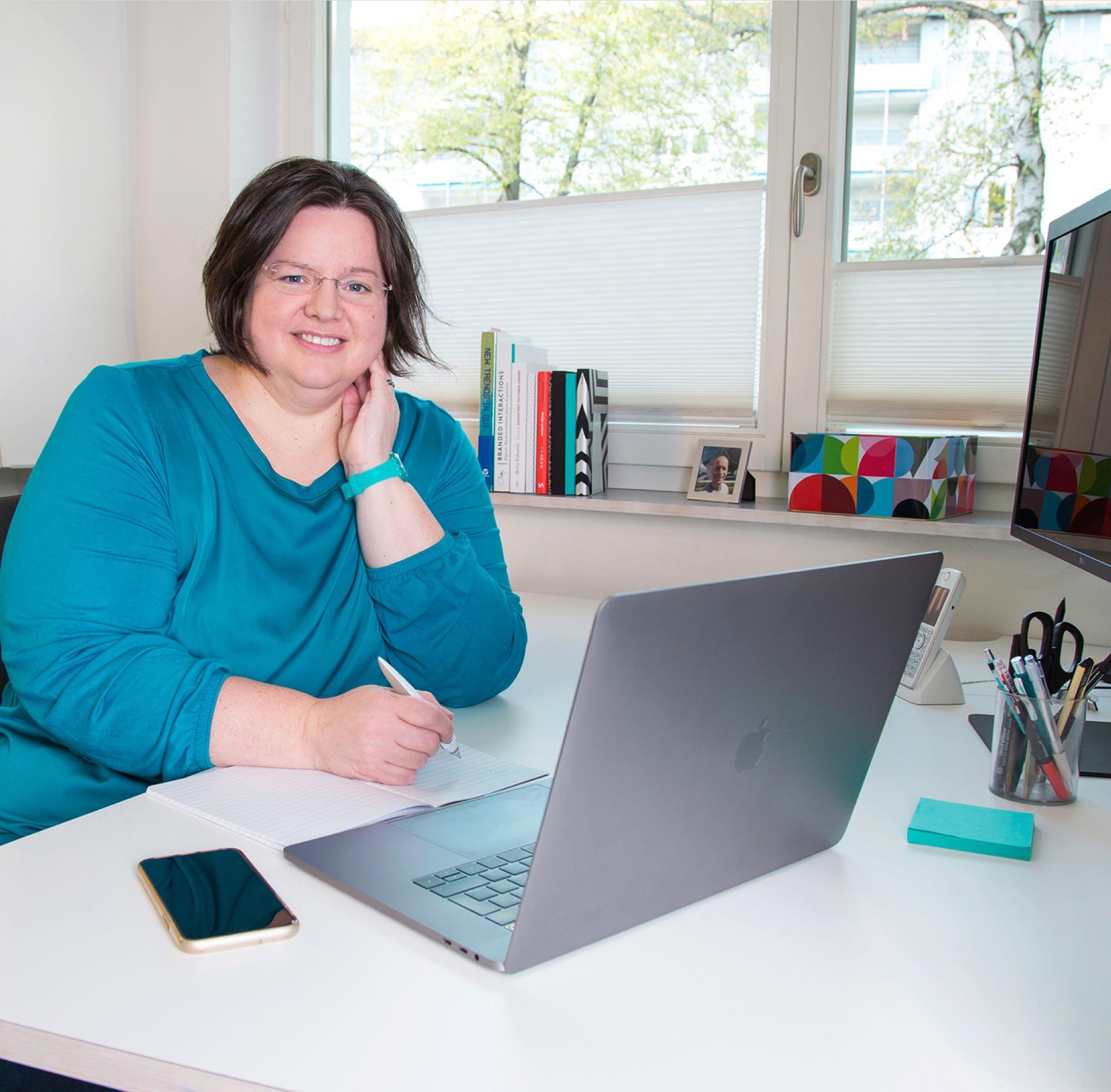Tine bei der Arbeit an Webseiten-Konzept