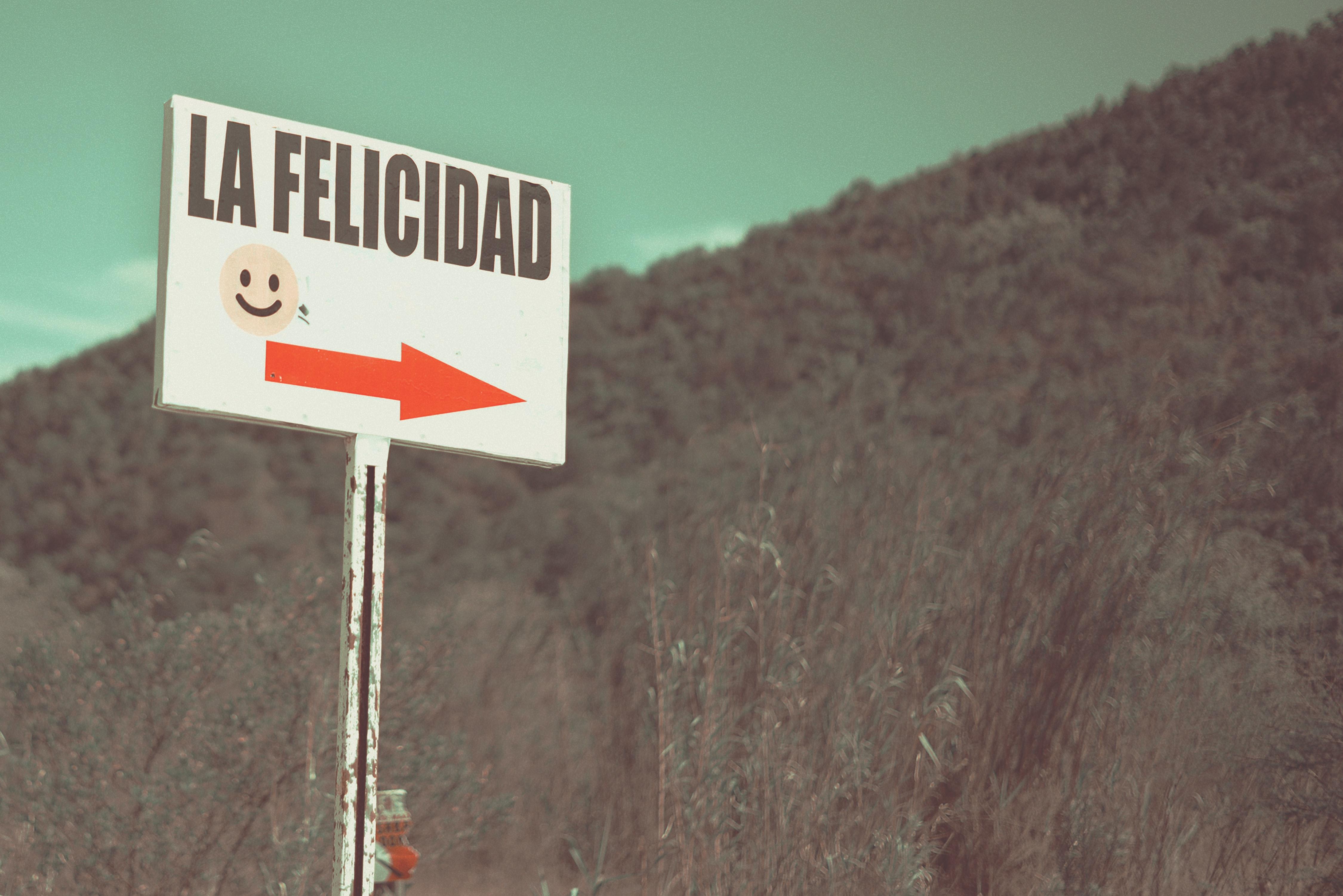 Un cartell de felicitat que inndica una ruta.